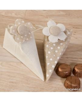 Caja pirámide con bombones y flor.