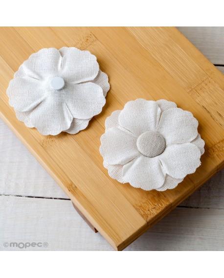 Flor blanca con adhesivo.