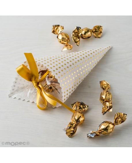 Cono blanco con topos dorados con dulces.