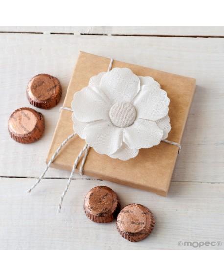 Flor blanca con cajita de bombones.