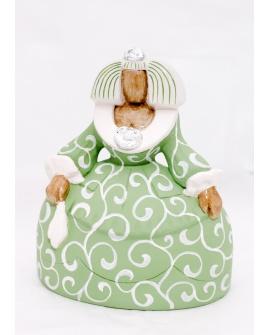 Menina verde con guirnalda blanca